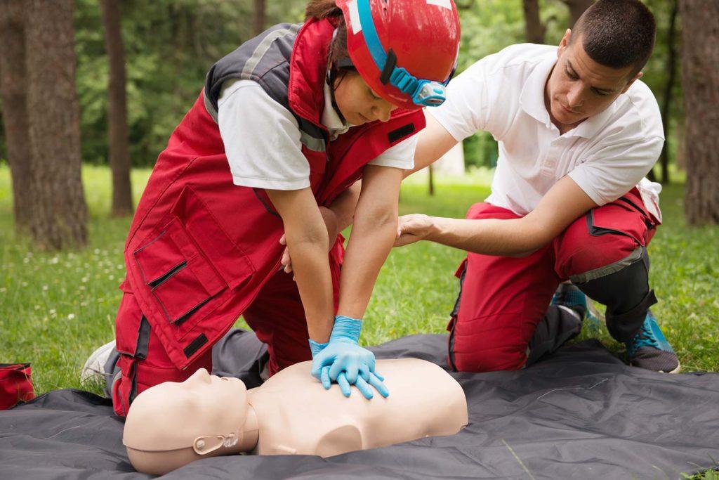 Обучение по оказанию первой мединской помощи, спасение жизней на производстве, несчастные случаи на производстве, охрана труда учебный центр Ракурс Рыбинск